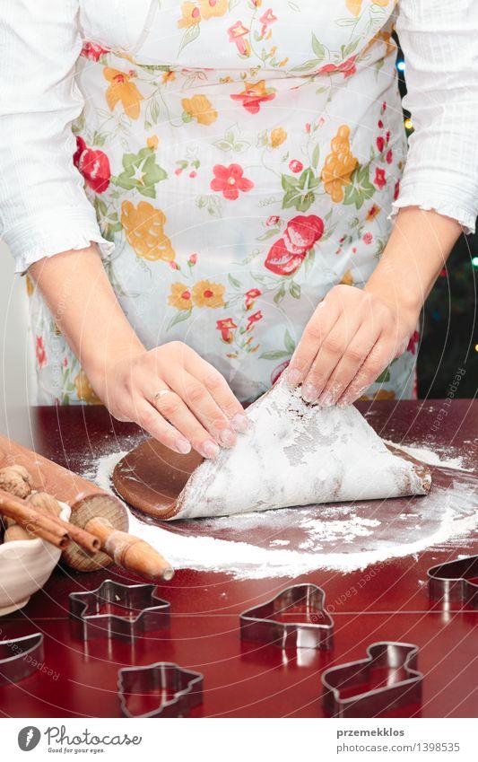 Mensch Frau Weihnachten & Advent Hand Erwachsene Feste & Feiern Tisch Kochen & Garen & Backen Küche machen Mehl Saison Weihnachtsgebäck Vorbereitung 30-45 Jahre