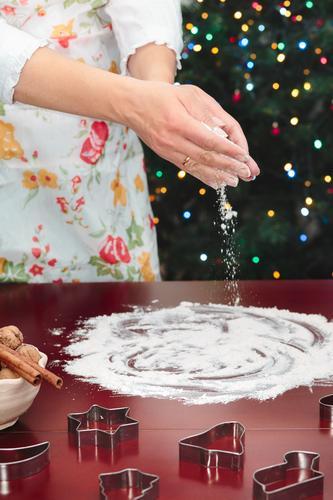 Mensch Frau Weihnachten & Advent Hand Erwachsene Feste & Feiern Tisch Kochen & Garen & Backen Stern (Symbol) Küche Weihnachtsbaum machen geschnitten Mehl Saison