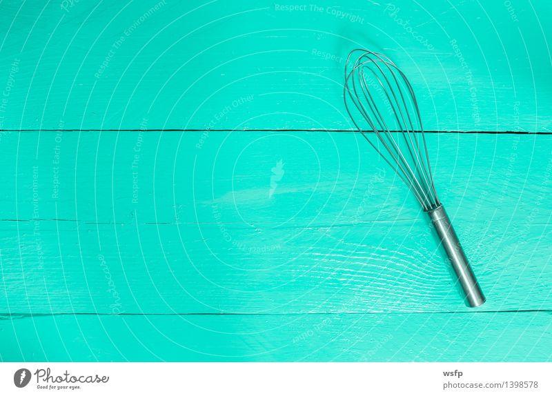 Schneebesen auf türkisem Holz als Hintergrund Küche Restaurant Gastronomie alt Rührbesen Holzbrett Holztisch Holzschild holz Hintergrund Brett Bretter
