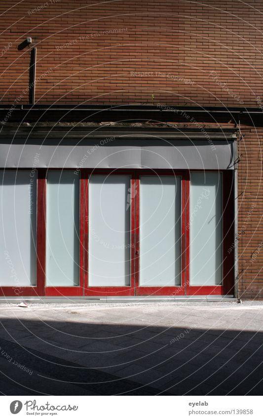 Fassade - fast schade Haus Wand Gebäude Fenster Backstein Stahl Elektrizität leer Leerstand geschlossen rot grau Beton schädlich retro Blech hässlich