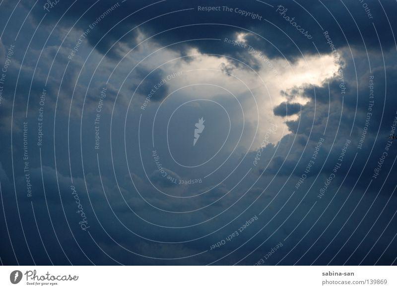 Letzter Schein vor einem Gewitter Wolken Gewitterwolken dunkel blau untergehen Abenddämmerung Farbfoto Lichterscheinung