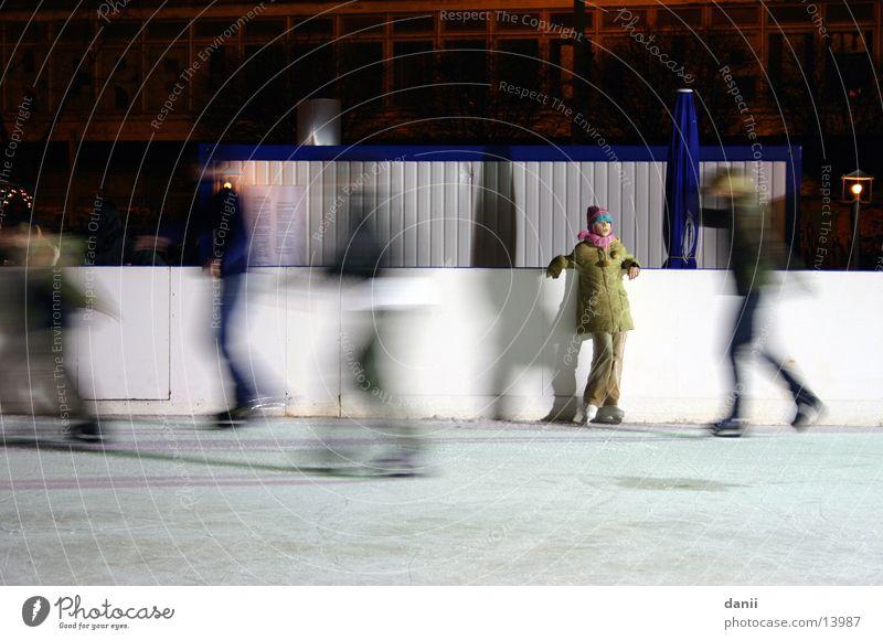 Pause Schlittschuhlaufen Eisbahn Alexanderplatz Winter Schlittschuhe kalt Menschengruppe Berlin Wintersport Außenaufnahme
