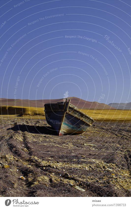 Landgang Umwelt Landschaft Erde Luft Wolkenloser Himmel Sonne Winter Schönes Wetter Feld Hügel Berge u. Gebirge Vulkan Küste Fischerboot liegen bedrohlich blau