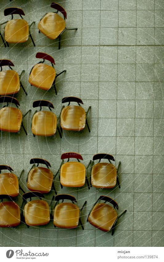 H08 - Stühle Stuhl Vogelperspektive braun Bodenbelag Fliesen u. Kacheln blau grau blau-grau Sitzgelegenheit Pause Versammlung Sitzung trist Langeweile leer Show