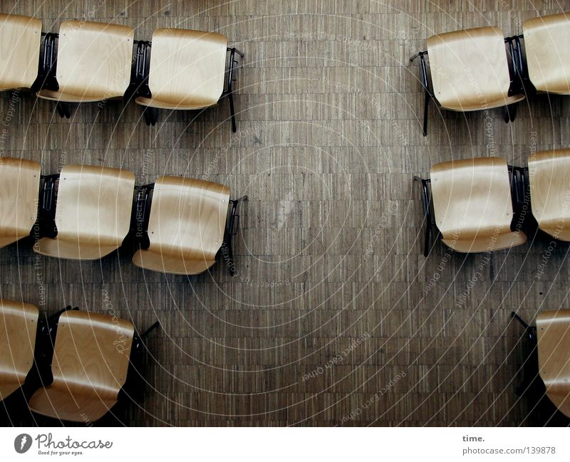 H08 | Alptraum eines Vortragenden Möbel Stuhl Parkett Platz warten frei braun Kreativität Pause Sitzgelegenheit Holzfußboden Hälfte Saal Sitzreihe Zweite Reihe