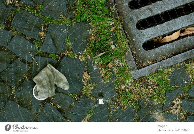 H08 - War gut... grün Gras Stein dreckig Bodenbelag Sicherheit Müll Handwerk positiv Moos Tüte Schlauch Gully Gummi Abfluss gebraucht