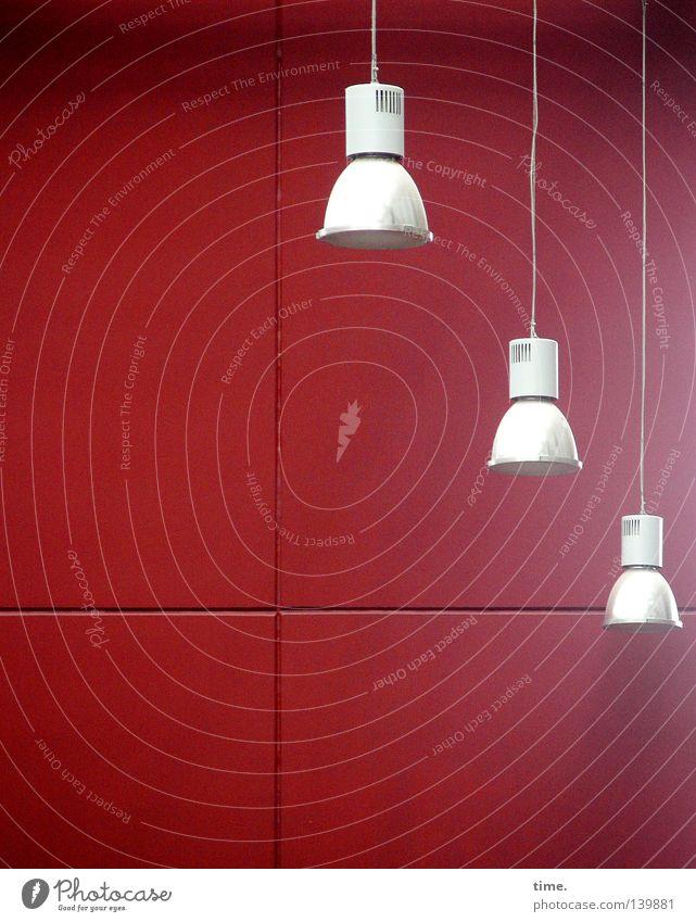 H08 | Kronleuchter war aus. Kommt nächste Woche wieder rein. weiß rot Wand Beleuchtung Lampe Rücken leuchten Elektrizität Technik & Technologie Kabel