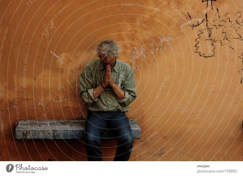 H08 - Remember Abu-Ghuraib Mensch Mann alt blau gelb Farbe Erholung Wand Gefühle Denken Graffiti orange sitzen Jeanshose Pause Bank