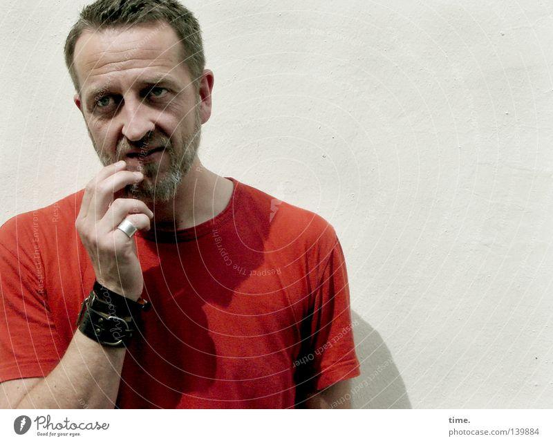 H08 – One Of Us maskulin Mann Erwachsene Kopf Auge Bart Arme Finger 30-45 Jahre Mauer Wand T-Shirt Denken rot Konzentration skeptisch Barthaare Kurzhaarschnitt
