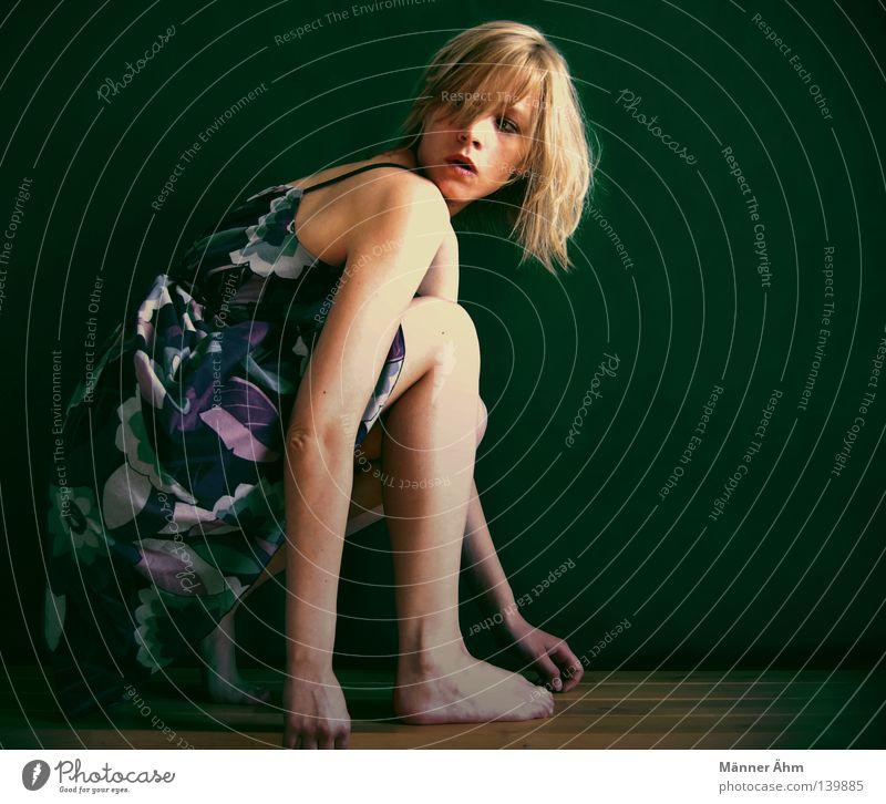 Running Gag... sitzen knien Holz Frau Kleid Träger blond Beginn Schulter Bekleidung Blume Knie Wand schön Arme Fuß Blick Schulterblick Beine Haare & Frisuren