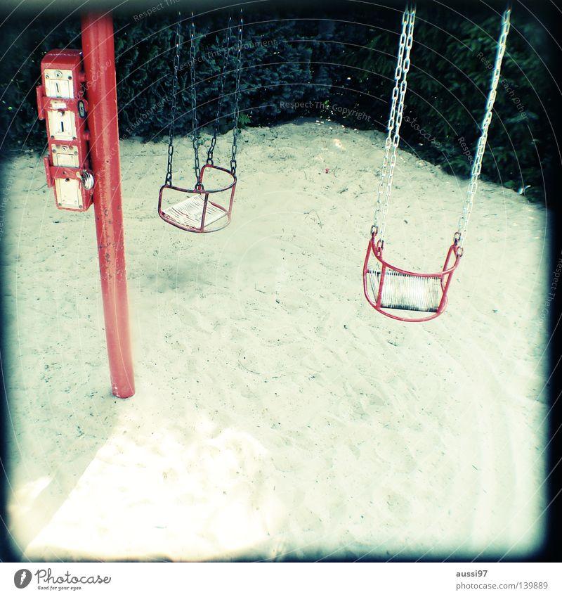 The kids wanna rock. Spielen Bewegung Fuß Pause Kindheit Konzentration analog Spielplatz Turnen Raster Sucher schemenhaft Brennpunkt Schulhof Fahrgeschäfte