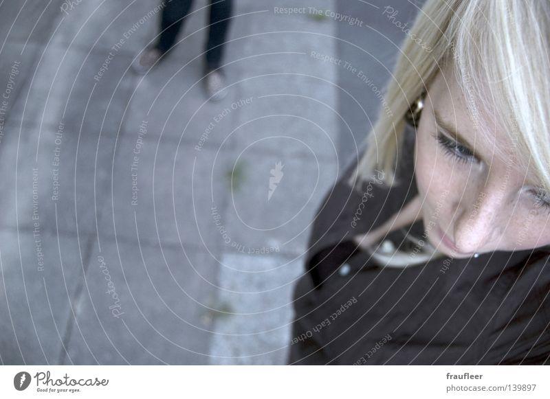 Verfolgung Frau Jugendliche Sommer grau Stein Beine Angst blond Boden Bodenbelag beobachten Publikum Kontrolle Panik Piercing Ohrringe
