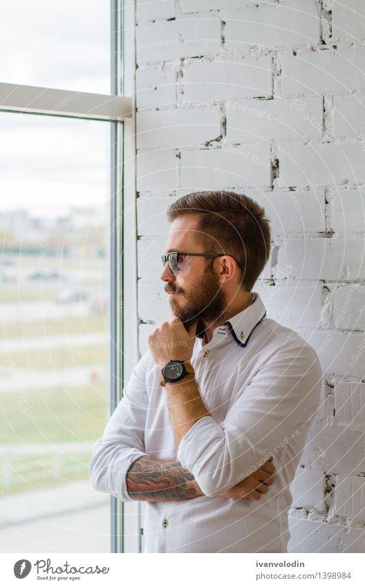 Bärtiger Mann in der Sonnenbrille, die das Fenster betrachtet Mensch weiß Gesicht Erwachsene Stil Haare & Frisuren Lifestyle Mode maskulin Behaarung elegant