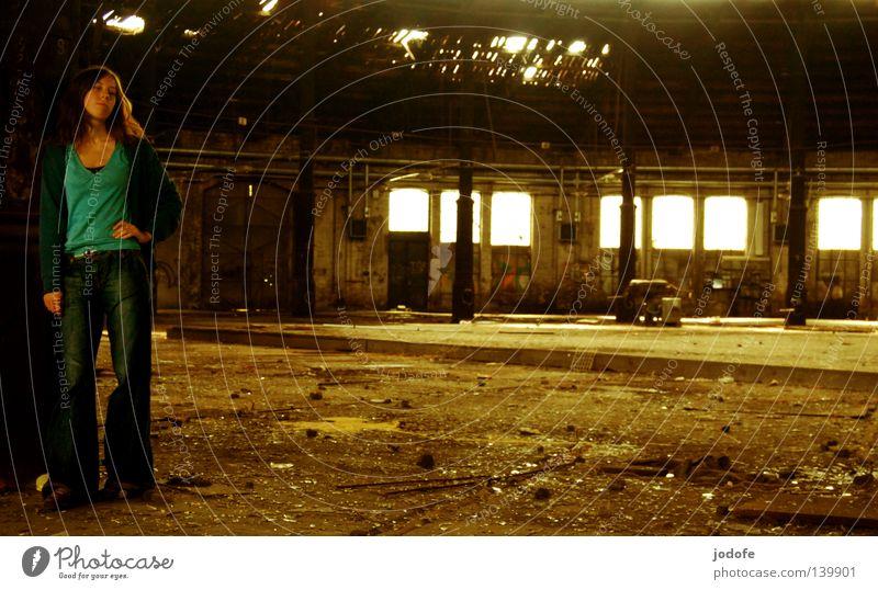 Bln 08 | Wartehalle Frau feminin Lebewesen stehen Lichteinfall Sonnenlicht Sonnenstrahlen Scherbe Bauschutt Müll Fenster Gleise Säule abstützen Standbein