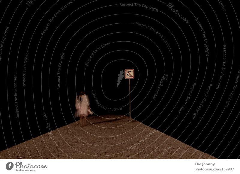 klabauterfrau weiß hell Aktion Bewegung Volksglaube Anlegestelle Stein Boden schwarz Hintergrundbild Meer leer Unendlichkeit Ferne Schilder & Markierungen