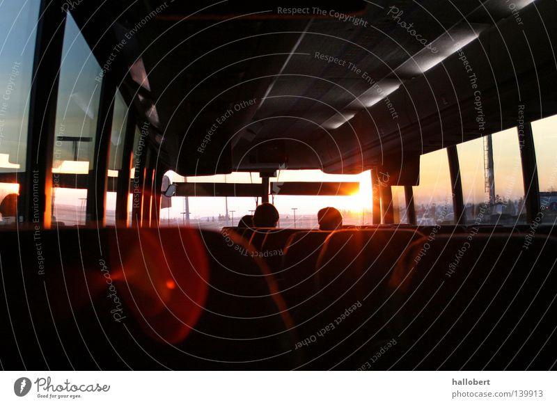Sonnenaufgang im Bus Verkehr Busfahren