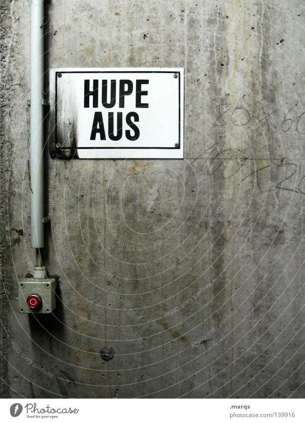 Abschalten rot grau Wand Straßenverkehrsordnung Wort Hupe Knöpfe Schalter Verfall Garage Notaus Verkehr Vorschrift Tiefgarage Buchstaben Schilder & Markierungen