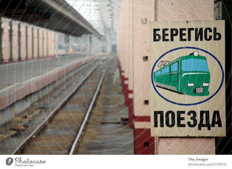 Endstation Sehnsucht ruhig Einsamkeit Traurigkeit Schilder & Markierungen Eisenbahn leer gefährlich bedrohlich Gleise Hinweisschild Bahnhof Russland Warnhinweis