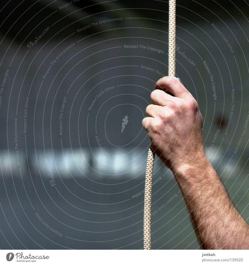 Strippenzieher Hand Seil Zerreißen ziehen festhalten Schnur Arme Unterarm Mann Finger Halt Absicherung retten stark Sicherheit haltend Halt geben Fäden ziehen