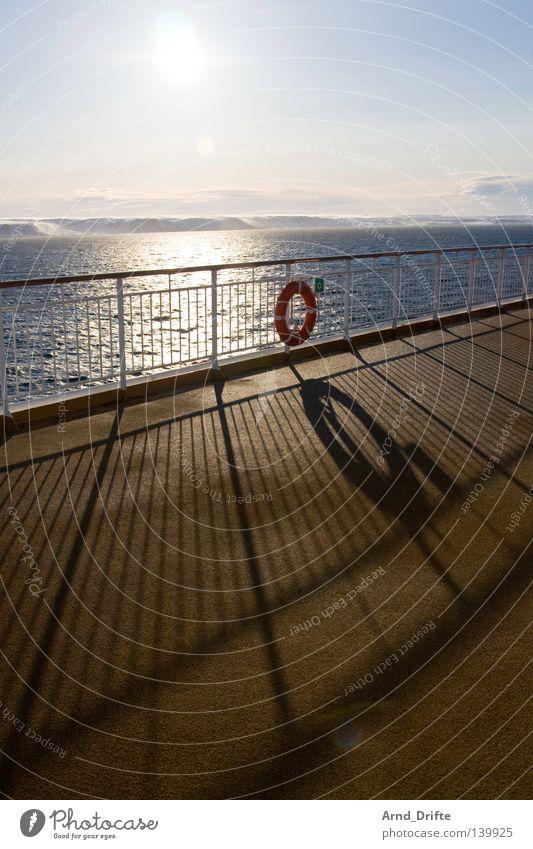 Reling Norwegen Schiffsdeck Eis Fähre Himmel kalt Kreuzfahrt Kreuzfahrtschiff Küste Licht Meer Polarmeer Polarkreis Rettungsring Schatten Wasserfahrzeug Schnee
