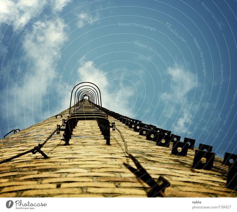 BLN 08 / aufwärts gehts Himmel blau Sommer Wolken Stein Mauer Arbeit & Erwerbstätigkeit Sicherheit Industrie unten verfallen Backstein Kontrolle Strommast Leiter Eisen