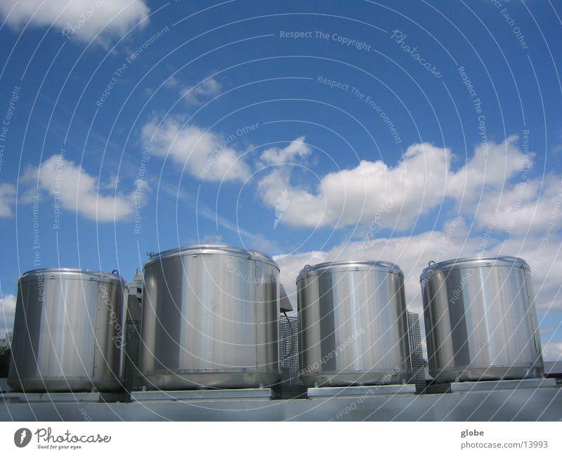 die Silbernen Himmel Wolken glänzend Industrie rund Stahl silber Chrom