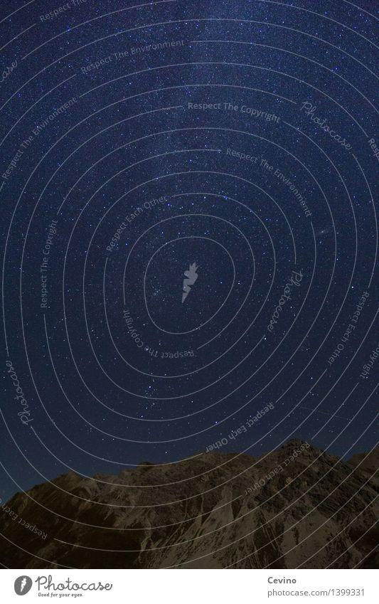 Sternenhimmel Himmel Landschaft Ferne Berge u. Gebirge träumen Zufriedenheit Luft Alpen Wolkenloser Himmel rau Nachthimmel Lichtpunkt Nachtaufnahme Galaxie
