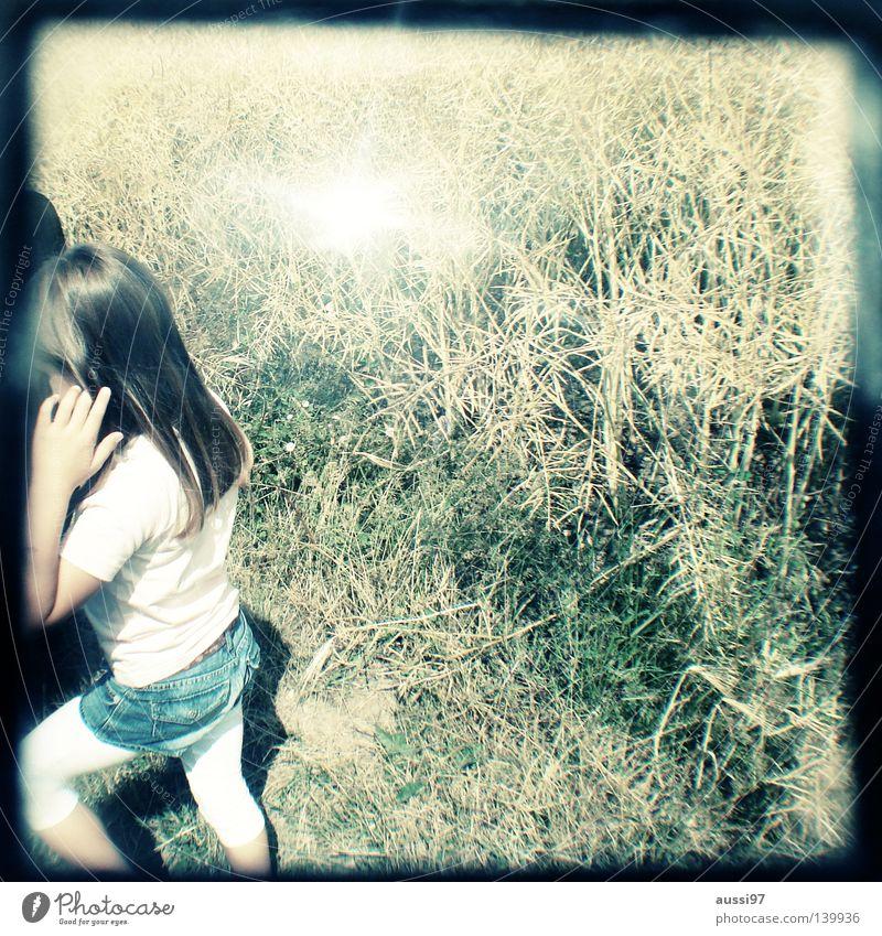 Sommer ist nur ein Wort Kind Mädchen klein Sonnenbrille Blume Wiese Gras festhalten Spaziergang Freizeit & Hobby Kornfeld Raps Rapsfeld schemenhaft Raster