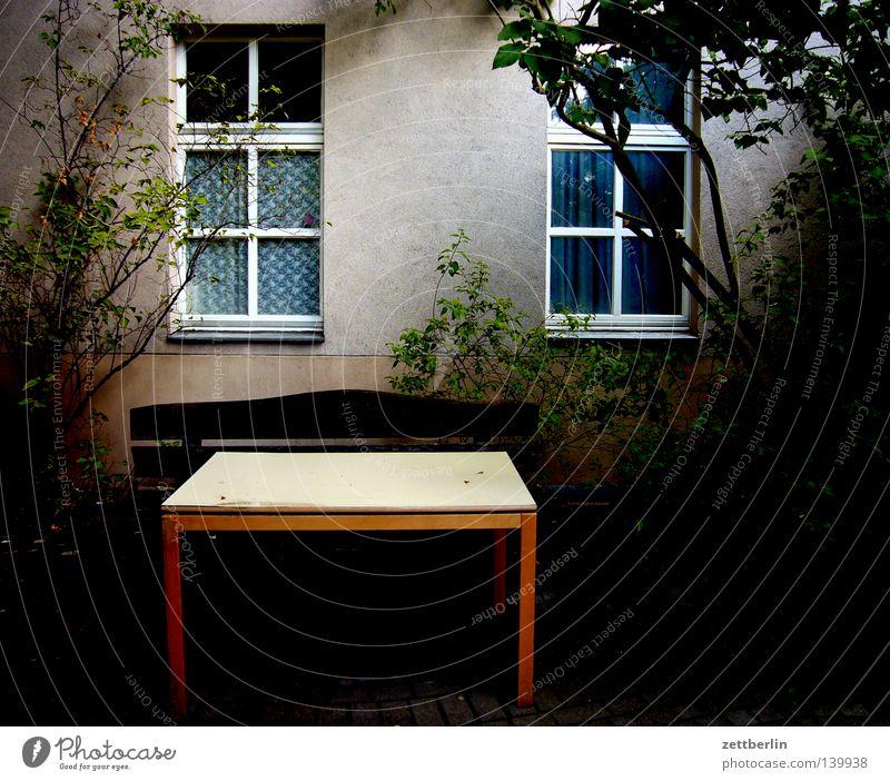 Hans Wurst 2 Baum grün ruhig Haus dunkel Fenster Angst Wohnung Fassade Tisch Sträucher Frieden Häusliches Leben geheimnisvoll Hinterhof Mieter