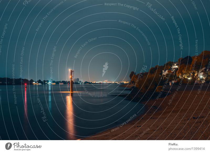 Elbe blau in blau Landschaft Urelemente Sand Wasser Nachthimmel Flussufer Strand Hamburg Hafenstadt Menschenleer dunkel ruhig Elbstrand Boje Leuchtturm Farbfoto