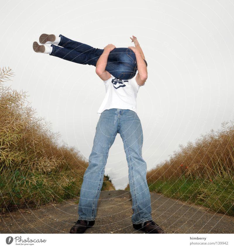 arschgesicht Mensch Bekleidung Mann Frau Gesäß Hinterteil Jeanshose Schuhe Hemd T-Shirt Feld Wege & Pfade Fußweg Straße Getreide Kornbrand Perspektive