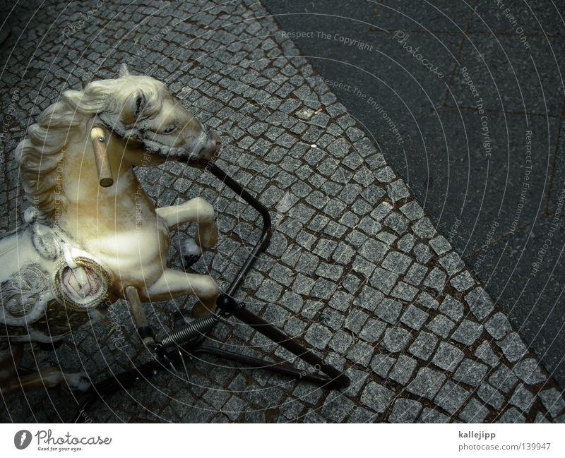 white horses Pferd Galopprennen Pferdegangart galoppieren Tier Spielzeug Schaukelpferd Kindheit Straße Kopfsteinpflaster Stein grau Bürgersteig Griff
