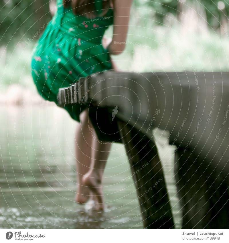 zeit der unschuld Mensch Frau Ferien & Urlaub & Reisen Jugendliche grün schön Sommer Wasser Junge Frau Erholung Einsamkeit 18-30 Jahre Erwachsene Gefühle
