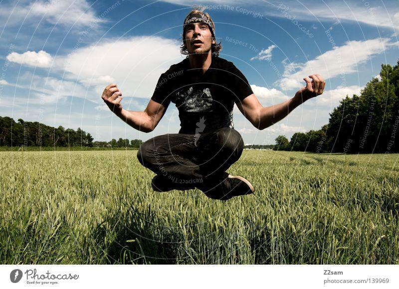 bayerischer buddha Mensch Aktion Zufriedenheit Brille lässig Hand Mann maskulin Wolken Feld grün Sommer Schwerkraft Wiese Stil blond Himmel Schweben steigen
