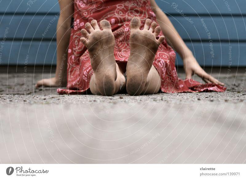Sommer-Füße Farbfoto Außenaufnahme Tag Kind Mensch Mädchen Fuß 3-8 Jahre Kindheit 8-13 Jahre Kleid sitzen dreckig blau rot Zehen spreizen Kinderfuß mauken