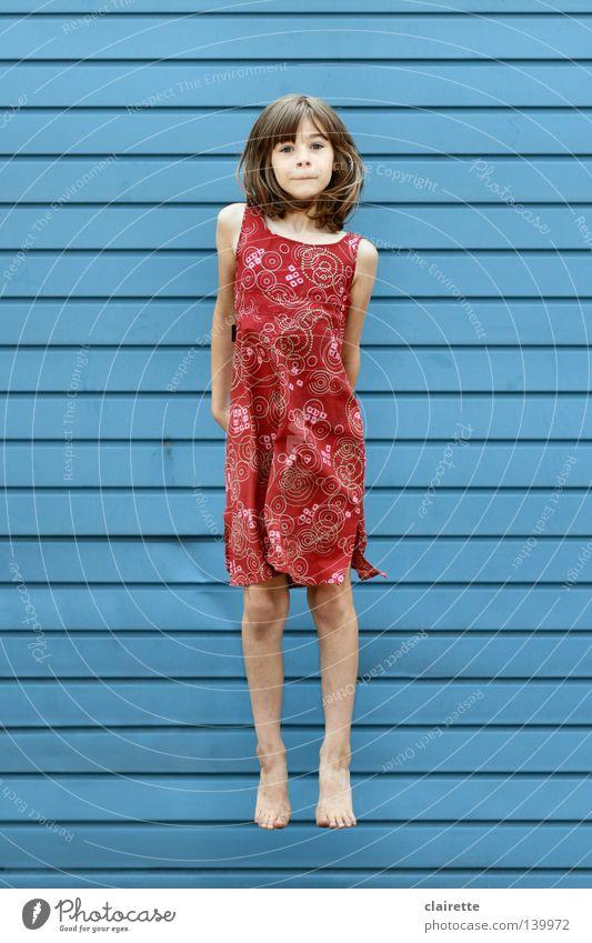 Nur fliegen ist schöner Farbfoto mehrfarbig Außenaufnahme Ganzkörperaufnahme Blick in die Kamera Sommer Kind Mensch Mädchen Kindheit Jugendliche 1 3-8 Jahre