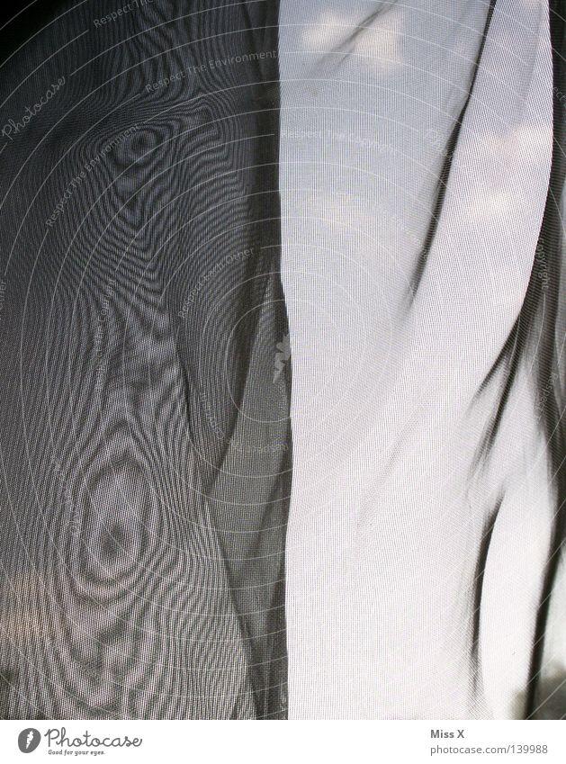 Moiré Vorhang blau Gardine Fenster Aussicht Moiré-Effekt grau Falte knittern Stoff gewebt Verzerrung Täuschung Wolken Himmel durchsichtig fein leicht zart