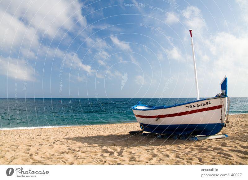 Das Boot Wasserfahrzeug Spanien fahren Fischer Angeln Fischereiwirtschaft Angler Strand Sonne Wolken Wellen Brandung rot blau weiß Schatten Horizont Meer