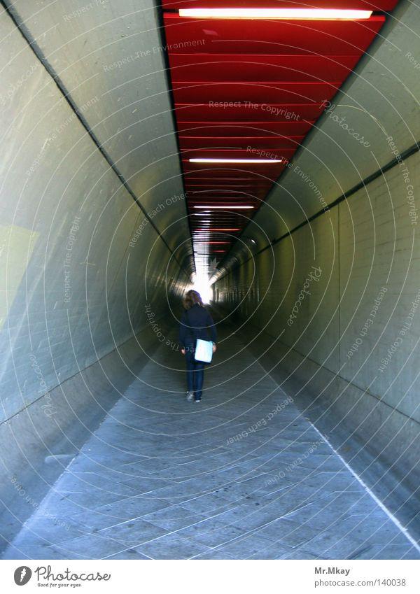 Le tunnel rot Einsamkeit Ferne Berlin grau gehen laufen Beton trist Ende Tunnel Pflastersteine Durchgang karg Oval Tunnelbeleuchtung