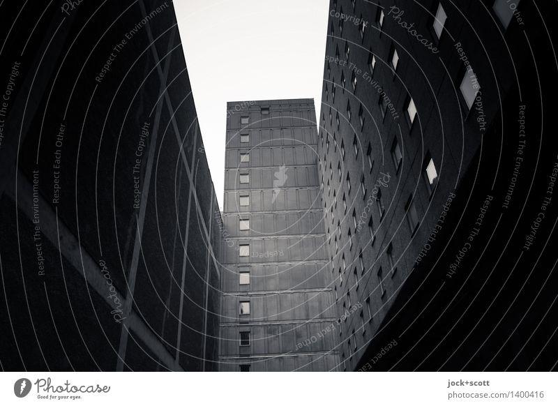 Bonjour Tristesse im Hinterhof Stadt Einsamkeit dunkel kalt Stil Gebäude grau Stimmung Fassade trist Hochhaus authentisch hoch retro Vergangenheit Platzangst
