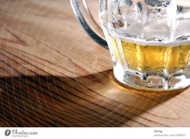 Lichtbild zum Erhalt der bayerischen Wirtshauskultur Freude kalt gold Glas Tisch Wassertropfen Gold Seil trinken Gastronomie Bier Wirtschaft Alkohol Durst klug