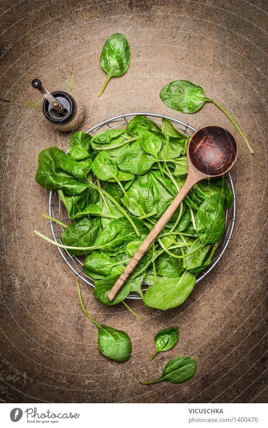 Frische Spinatblätter und Kochlöffel Lebensmittel Gemüse Salat Salatbeilage Ernährung Mittagessen Abendessen Büffet Brunch Bioprodukte Vegetarische Ernährung