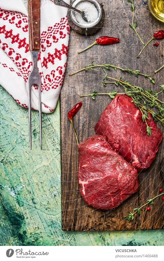 Steaks mit Thymian , Gabel und Gewürzen Lebensmittel Fleisch Kräuter & Gewürze Öl Ernährung Abendessen Büffet Brunch Festessen Geschäftsessen Bioprodukte