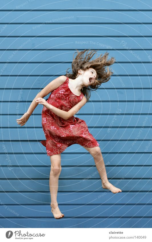 Nur fliegen ist schöner II Mensch Kind Jugendliche blau rot Mädchen Sommer Freude springen Gesundheit Kindheit wild frei verrückt Kleid