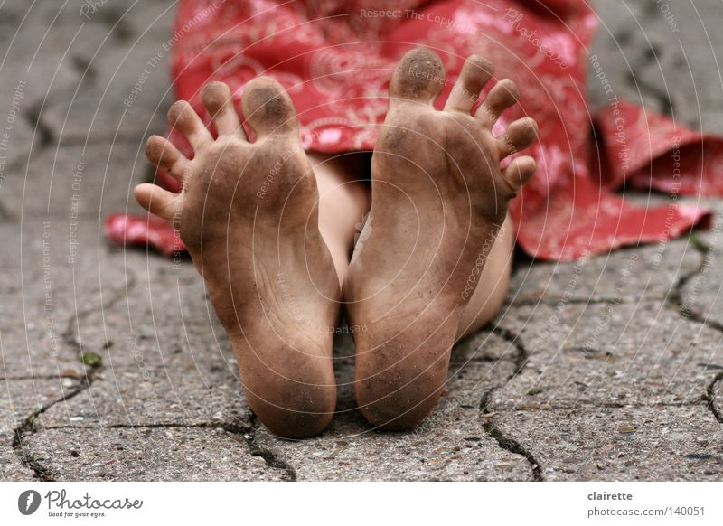 Schwarz-Spreiz-Fuß Farbfoto mehrfarbig Außenaufnahme Sommer Kind Mensch Mädchen 1 3-8 Jahre Kindheit Kleid dreckig wild rot Zehen spreizen Kinderfuß