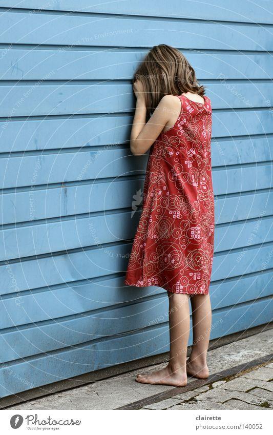dreh dich nicht um Kind Mädchen rot Sommer Einsamkeit Gefühle Spielen Traurigkeit Kleid verstecken weinen Barfuß zählen