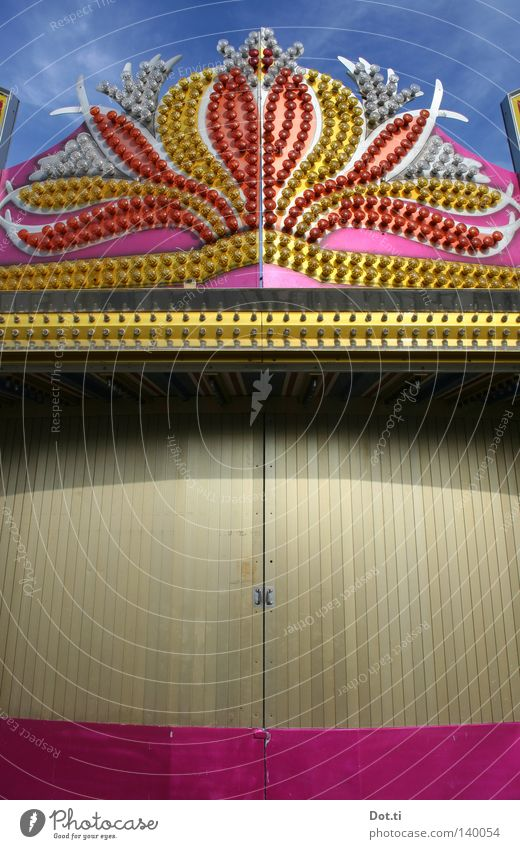 Budenzauber Jahrmarkt Buden u. Stände Kabinett Varieté Attraktion Eingang geschlossen verstecken kaschieren geheimnisvoll Tür Vorhang Lampe rosa gold glänzend