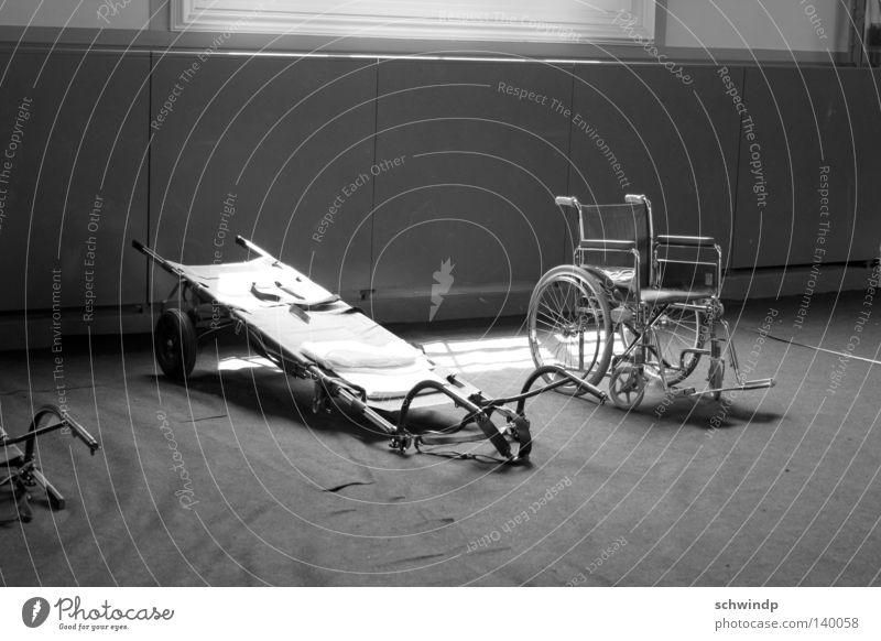 Abstellraum Gesundheit Schwarzweißfoto hilflos Rollstuhl Basel
