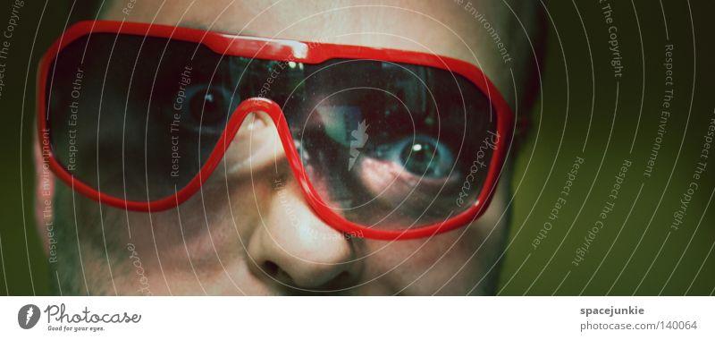 Psycho Mann Brille Sonnenbrille Seele Auge Blick Detailaufnahme Freak kaputt verrückt Rauschmittel Freude Psychopath Drogeneinfluß