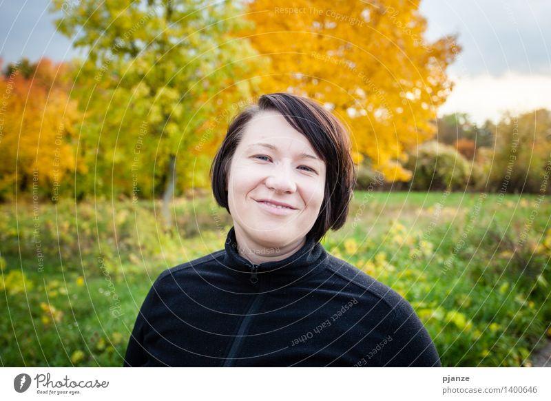 Herbst-Freude Mensch Frau Natur Jugendliche grün Junge Frau Baum Landschaft Blatt Wolken Tier 18-30 Jahre Wald Gesicht Erwachsene